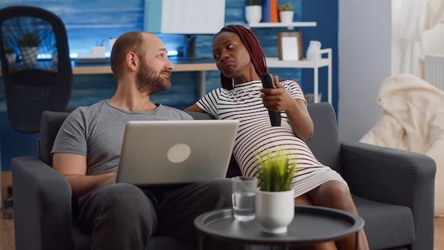 Pareja interracial casada hablando de embarazo