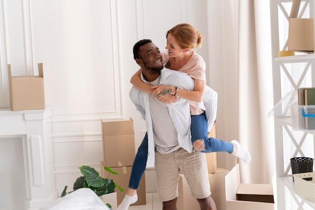 Pareja interracial preparándose para moverse