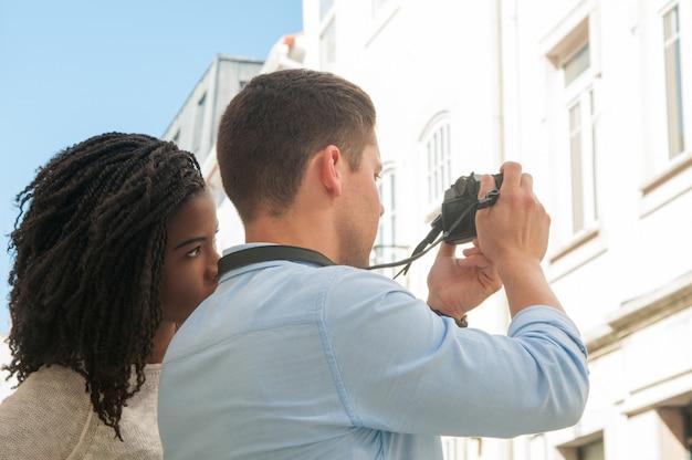 Pareja interracial viajando juntos