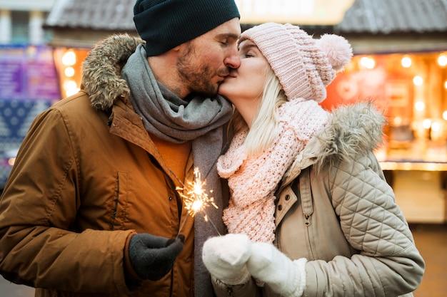 Pareja, en, invierno, besar