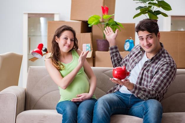 Pareja joven ahorrando dinero para que nazca el bebé