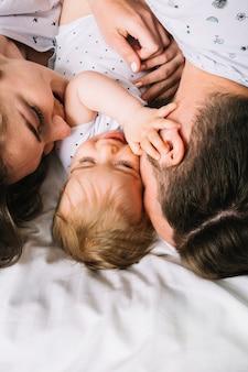 Pareja joven con bebé por la mañana