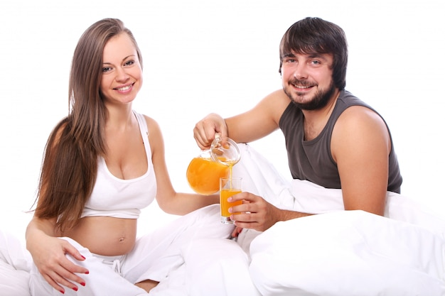 Pareja joven bebiendo jugo de naranja