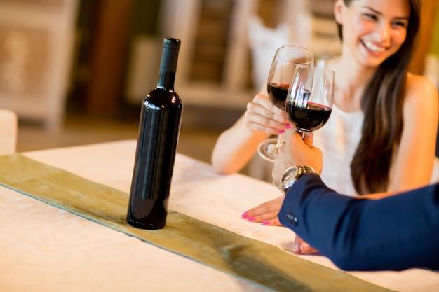 Pareja joven bebiendo vino tinto