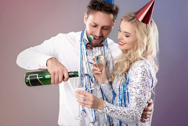 Pareja joven, celebrar, fin de año nuevo