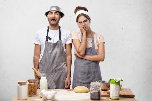 Pareja joven, cocina, juntos