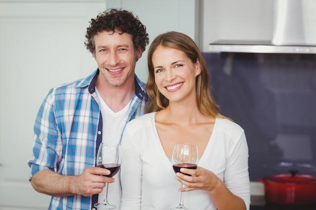 Pareja joven con copas de vino en casa