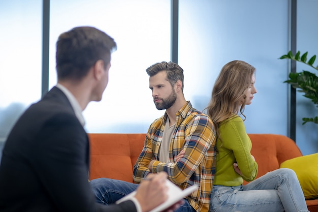 Pareja joven discutiendo durante la terapia