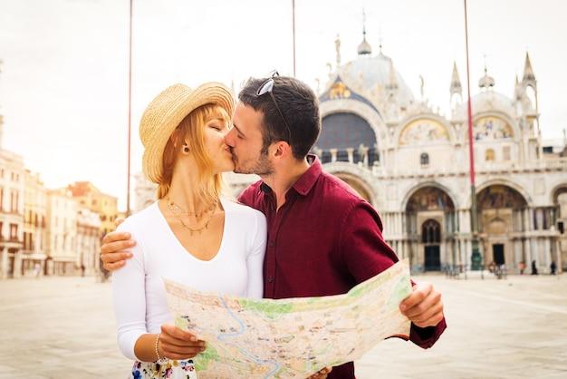 Pareja joven divirtiéndose durante su visita a venecia - turistas que viajan por italia y visitan los lugares más importantes de venecia - conceptos sobre estilo de vida, viajes, turismo