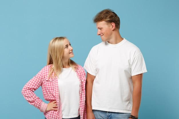 Pareja joven dos amigos chico chica en blanco rosa diseño en blanco vacío camisetas posando