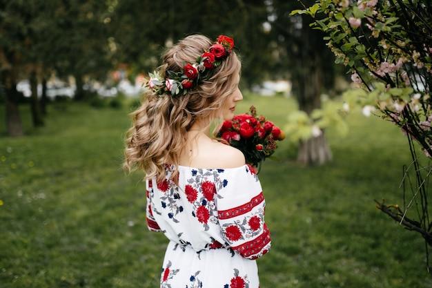 Pareja joven en un jardín floreciente