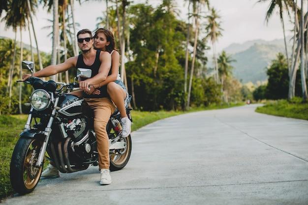 Pareja joven, enamorado, andar en motocicleta
