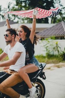 Pareja joven, enamorado, en una motocicleta