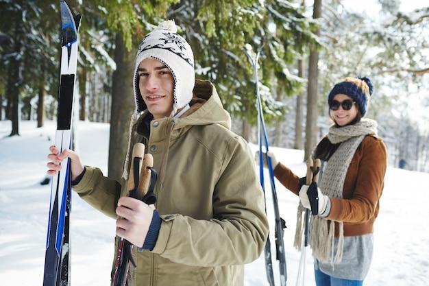 Pareja joven de esquí en el resort