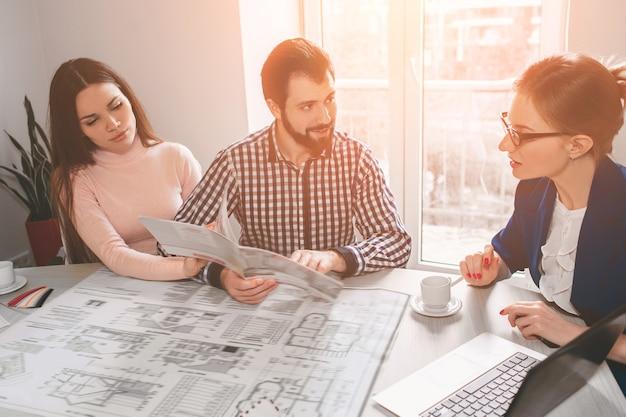 Pareja joven familia compra alquiler propiedad inmobiliaria. agente dando consulta a hombre y mujer