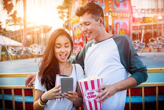 Pareja joven fecha concepto de parque de atracciones