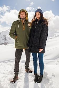 Pareja joven hermosa hipster senderismo en las montañas, viajes de vacaciones de invierno, hombre mujer enamorada