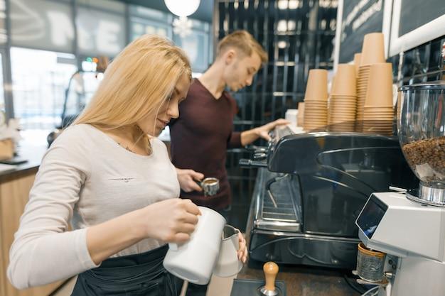 Pareja joven hombre y mujer propietarios cafetería pequeña empresa