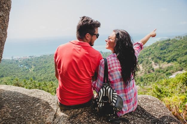 Pareja joven inconformista feliz enamorado viajando alrededor del mundo