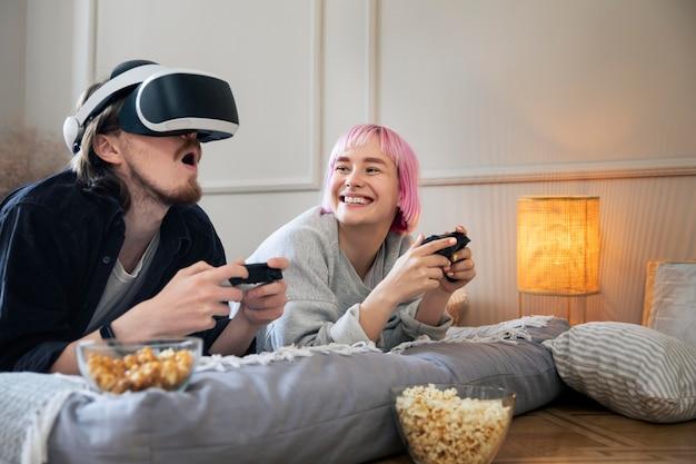 Pareja joven jugando un juego de realidad virtual