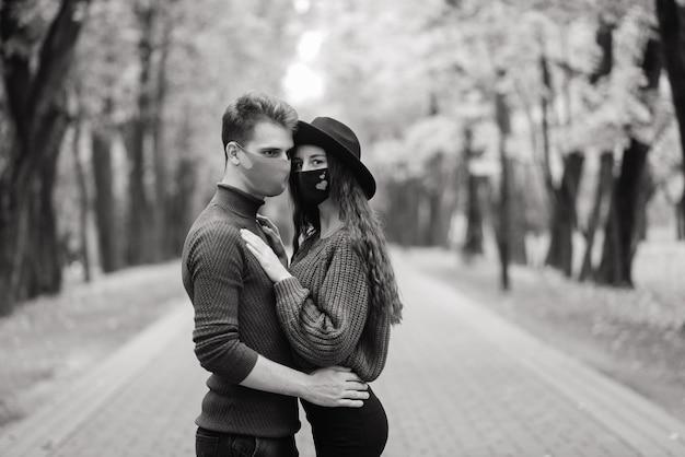 Pareja joven, llevando, máscaras, juntos, en, bosque, parque