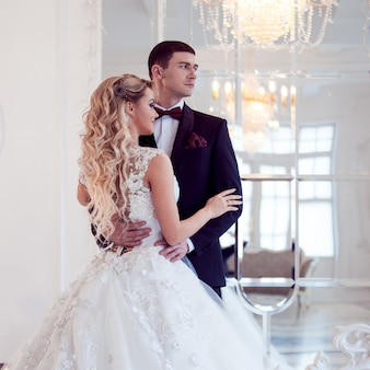 Pareja joven marido y mujer, juntos enfrentados de la misma manera