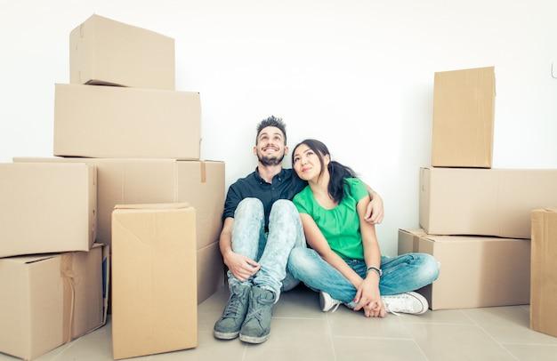 Pareja joven mudarse a apartamento nuevo