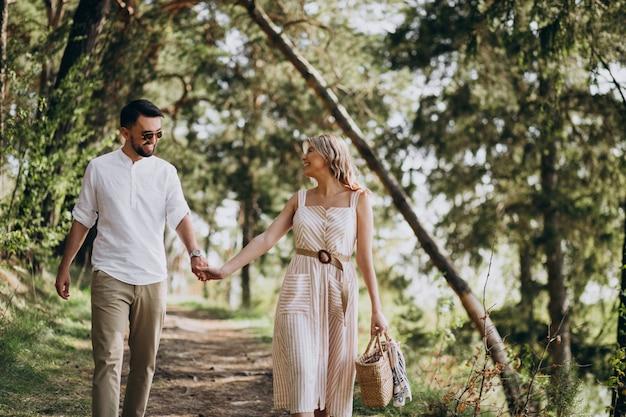 Pareja joven paseando por el bosque