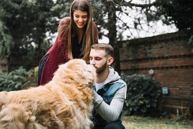 Pareja joven con perro lindo