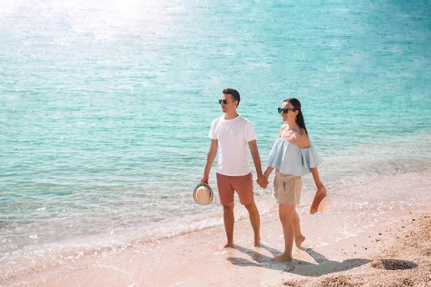 Pareja joven en la playa blanca en vacaciones de verano