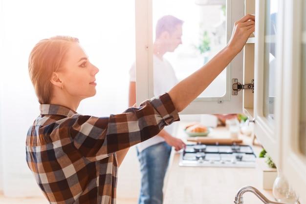 Pareja joven preparando la comida en la cocina en casa