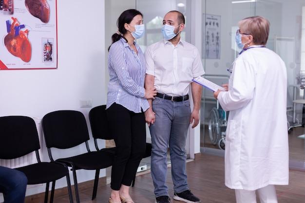Pareja joven recibiendo noticias desfavorables del médico