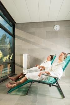 Pareja joven relajante en el spa wellness