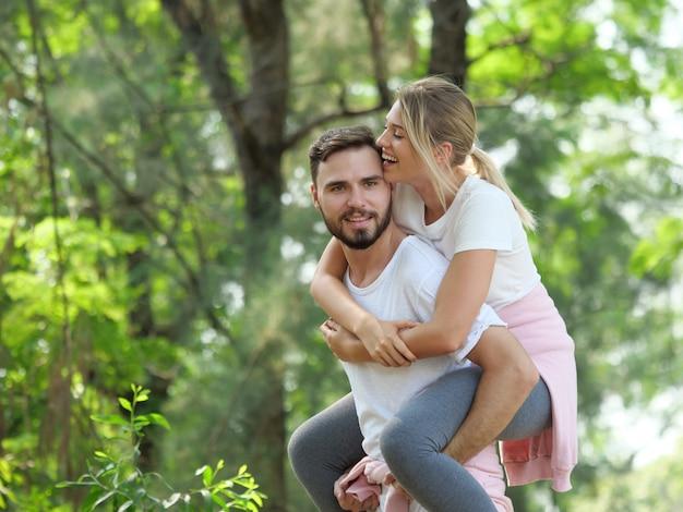 Pareja joven relajarse en el estado de ánimo de amor jardín