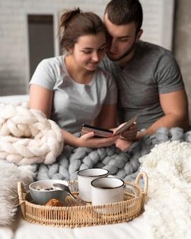 Pareja joven romántica juntos en el interior