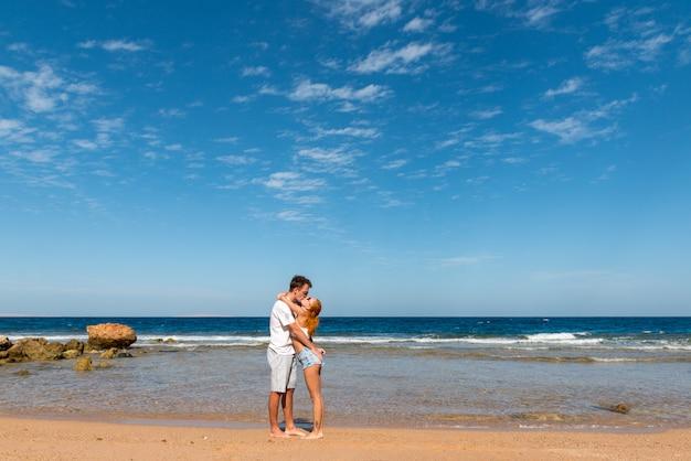 Pareja joven romántica en la playa