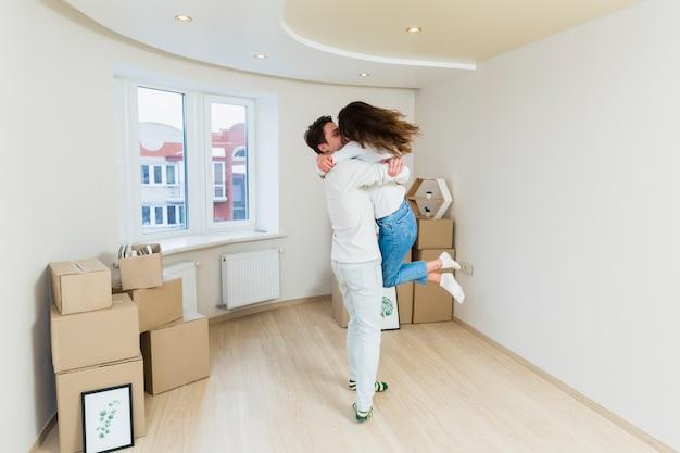 Pareja joven romántica en su nuevo apartamento.