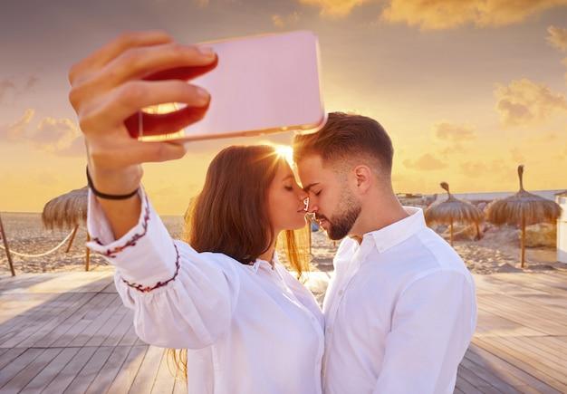 Pareja joven selfie foto en vacaciones en la playa