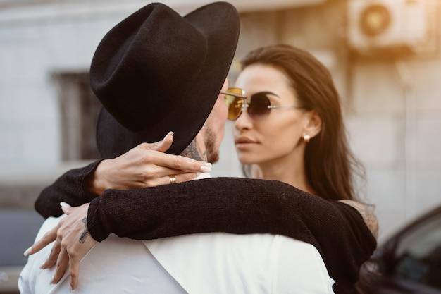 Una pareja joven y sexy de amantes en las calles.