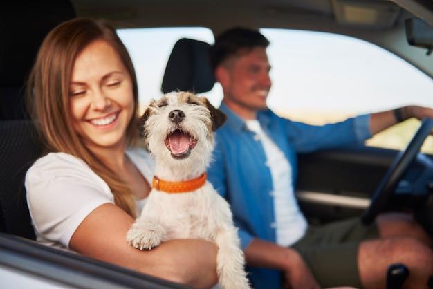 Pareja joven y su perro viajando juntos