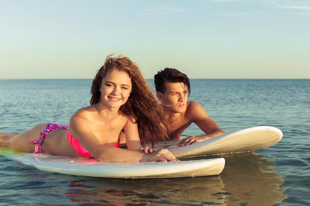 Pareja joven de surfistas
