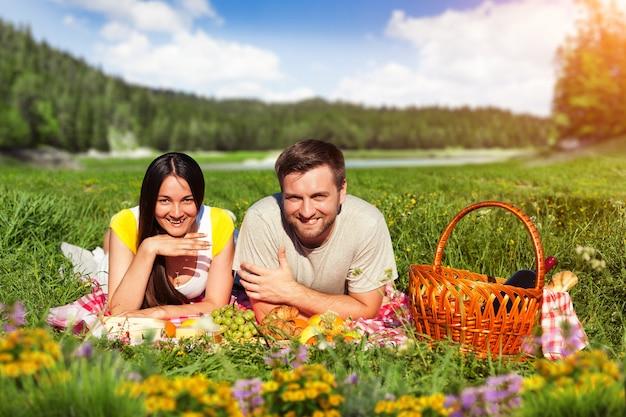 Pareja joven, tener picnic