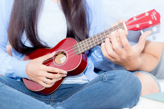 Pareja joven tocando el ukelele