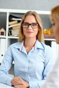 Pareja joven tratando de obtener un préstamo en consultor de empleado de banco