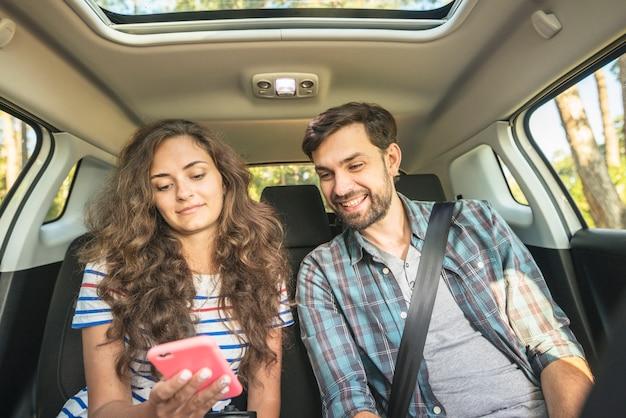 Pareja joven en un viaje por coche