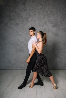 Pareja de jóvenes bailando juntos