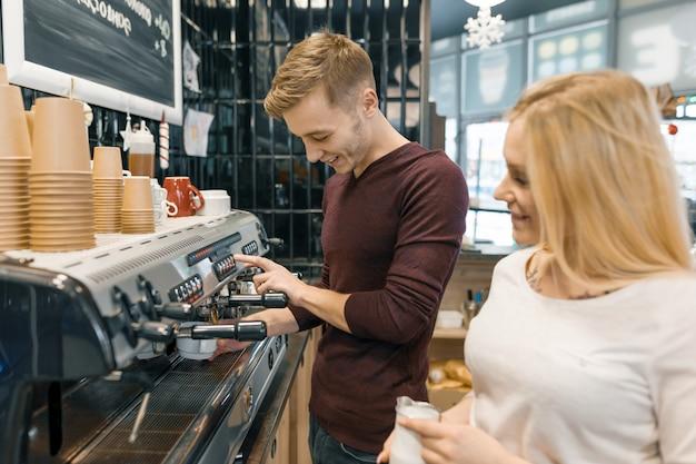 Pareja de jóvenes dueños de cafeterías masculinas y femeninas