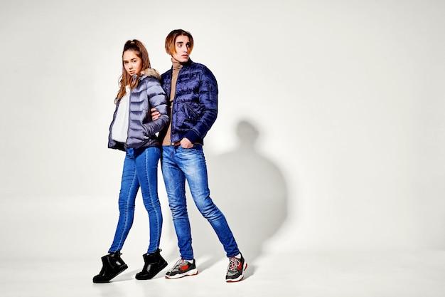 Pareja de jóvenes en ropa de invierno posando. ropa de otoño e invierno
