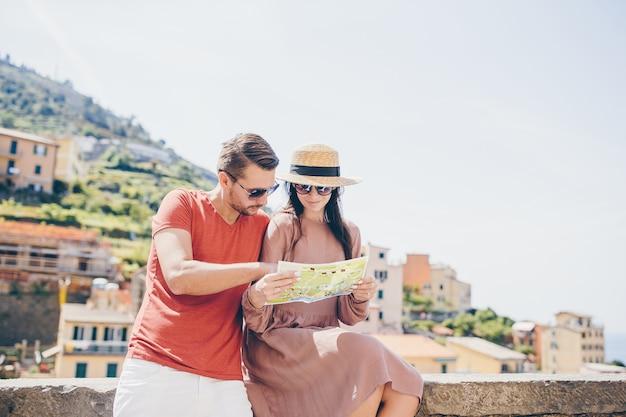 Pareja de jóvenes turistas viajando en vacaciones al aire libre en vacaciones italianas.