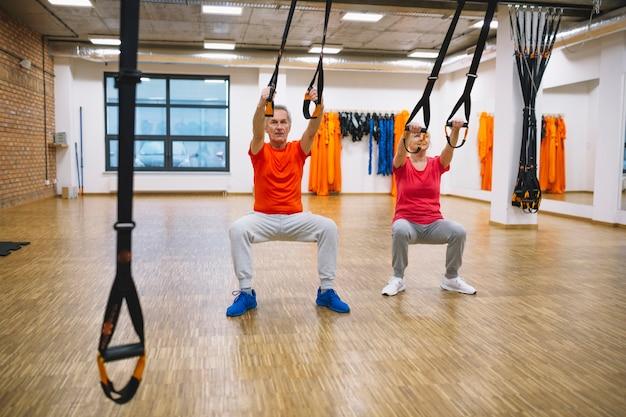 Pareja jubilada entrenando con cuerdas